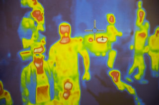 Scannerele termice pot doar arata in multime indivizii febrili.
